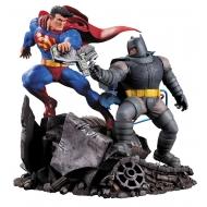 Batman The Dark Knight Returns - Statuette Superman vs Batman 28 cm